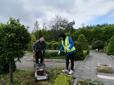 The Litter Mug team cleaning up the Sensory Garden in Sean Walsh Park in Dublin 24